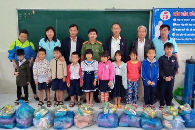 Trao quà cho học sinh nghèo có hoàn cảnh khó khăn